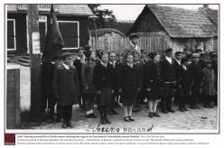 1938 – Eesti Vabariigi perioodil levis Eestile omane seltsinguline tegevus ka Petserimaale. Kodutütarde paraad Irboskas.  Foto: Ahto Raudoja kogu