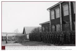 1943/1944 – Teine maailmasõda puudutas Setomaad valusalt. Sõja käigus põlesid maha paljud talud ja külad. Saksa sõdurid Irboska koolimaja ees.  Foto: Ahto Raudoja kogu