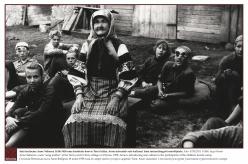 1958 - Seto lauluema Anne Vabarna 18.06.1958 oma kodutalu hoovis Ton'a külas. Anne tutvustab seto kultuuri laste turismilaagrist osavõtjatele.  Foto: STM2510, F1486, Inga Kirotar