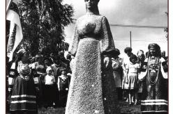 1988 - Leelopäev toimus 1988. aastal Obinitsas, kuhu 1986. aastal oli püstitatud Lauluema kuju – mälestusmärk kõikidele lauluemadele.  Foto: VK F 1302:11 F
